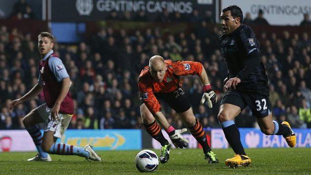 Carlos Tévez (vpravo) z Manchesteru City obešel brankáře Brada Guzana z Aston Villy a rozhodl o výhře svého týmu.