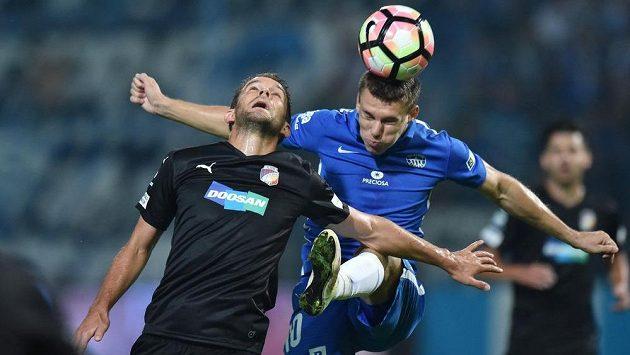 Zdeněk Folprecht (vpravo) ze Slovanu Liberec a plzeňský Marek Bakoš.