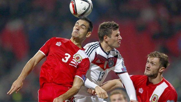 V hlavičkovém souboji Josep Chipolina (vlevo) z Gibraltaru a Thomas Müller z Německa.