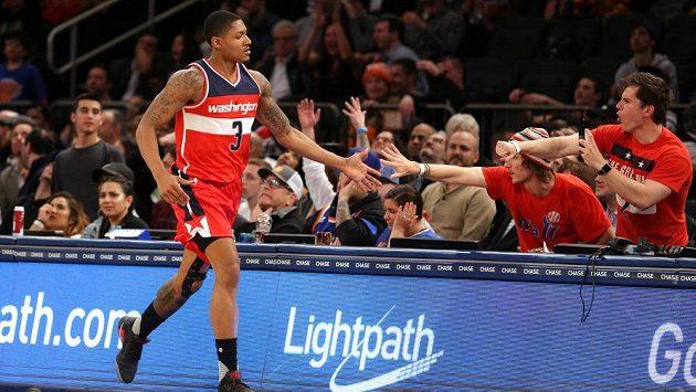 Basketbalista Washingtonu Wizards Bradley Beal se zdraví s fanoušky při zápasu s New York Knicks.