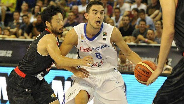 Tomáši Satoranskému se na ilustračním snímku snaží vypíchnout míč japonský basketbalista Juta Tabuse.