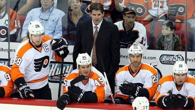 Kouč Peter Laviolette na střídačce hokejistů Philadelphie skončil.