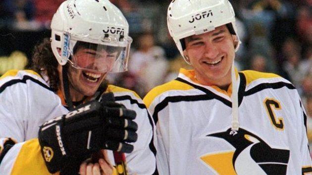 Jaromír Jágr (vlevo) jako pětadvacetiletý se svým hokejovým guru a týmovým spoluhráčem z Pittsburghu Mariem Lemieuxem.