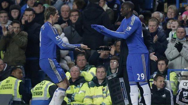 Útočník Chelsea Fernando Torres (vlevo) se v úvodním semifinálovém duelu anglického Liogového poháru proti Swansea střelecky neprosadil. V 81. minutě ho vystřídal Demba Ba.