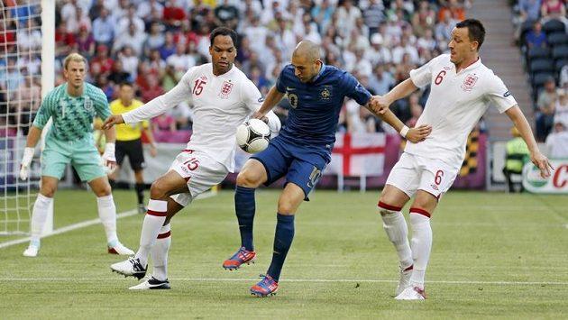 Francouzský útočník Karim Benzema mezi Joleonem Lescottem (vlevo) a Johnem Terrym z Anglie