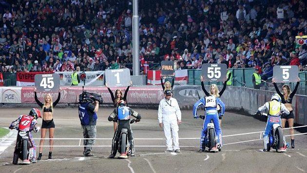 Napětí před finálovou jízdou plochodrážní Grand Prix na pražské Markétě. Pro vítězství si loni dojel Brit Woffinden (druhý zleva).