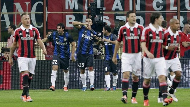 Walter Samuel z Interu (v modrém s číslem 25) se raduje ze vstřelení gólu na hřišti městského rivala AC Milán.