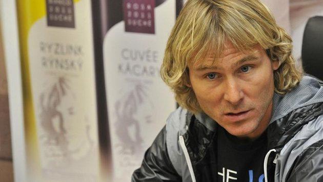 Pavel Nedvěd hovoří s novináři po příletu do Brna, v sobotu se zúčastní fotbalové benefice v Hodoníně