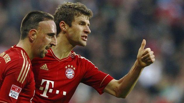 Franck Ribéry a Thomas Müller se radují po pětibrankovém přídělu do sítě Hannoveru.