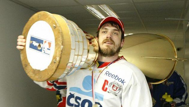 Pardubický kapitán Petr koukal si hrdě nesl mistrovský pohár .