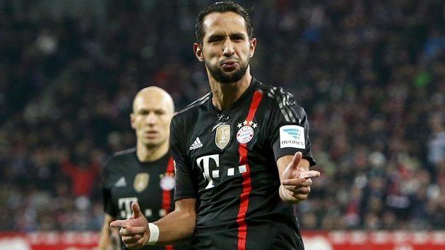 Mehdi Benatia z Bayernu oslavuje svůj gól proti Augsburgu, v pozadí autor dvou branek bavorského velkoklubu v utkání Arjen Robben.