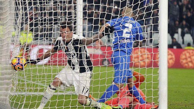 První gól fotbalistů Juventusu v souboji s Empoli. V bráně kromě míče skončil i útočník střelec Mario Mandžukič.