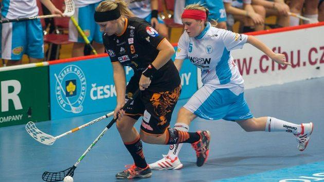 Kristýna Jílková (vlevo) z celku Herbadent SJM Prahy kryje míček před Ivanou Šupákovou z Vítkovic.