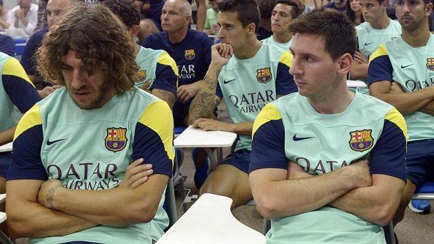 Zdrcení fotbalisté Barcelony Lionel Messi a Carles Puyol (vlevo) na tiskové konferenci, kde prezident Sandro Rossel oznámil konec trenéra Vilanovy kvůli rakovině.