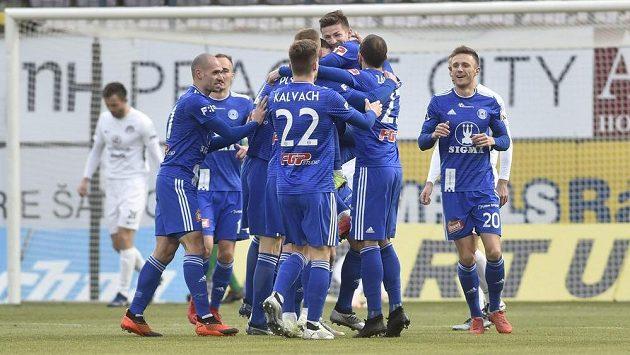Olomoučtí hráči se radují z branky proti Slovácku, kterou vstřelil Martin Nešpor.