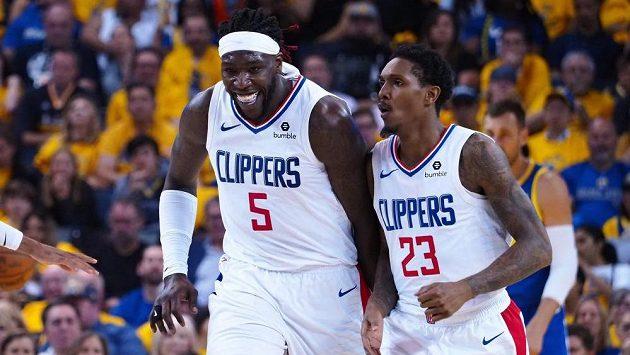 Montrezl Harrell (vlevo) a Lou Williams z Los Angeles Clippers slaví po výhře nad Golden State.