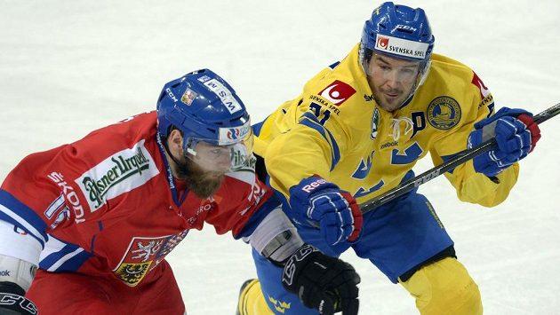 Autor dvou švédských gólů Jimmie Ericsson (vpravo) v souboji s českým obráncem Adamem Poláškem.