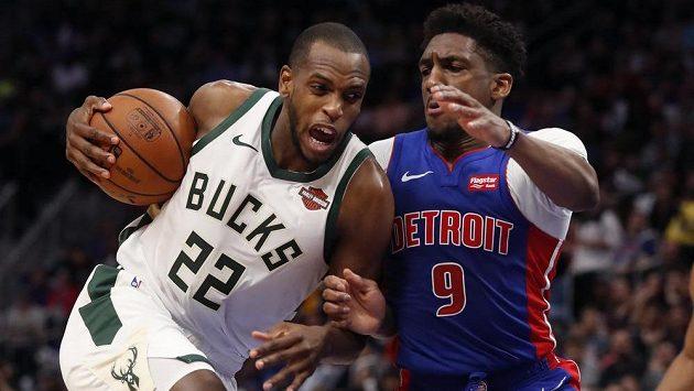 Basketbalisté Milwaukee Bucks slaví postup do čtvrtfinále NBA, na koš útočí Khris Middleton (22) v utkání s Detroit Pistons.