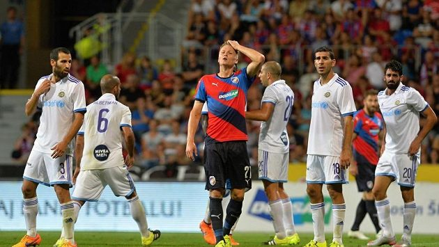 Zklamaný Václav Procházka z Plzně (uprostřed). Kolem něj radující se hráči Maccabi Tel Aviv.