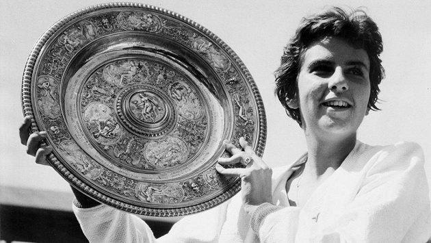 Brazilská tenistka Maria Buenová po výhře ve Wimbledonu v roce 1959.
