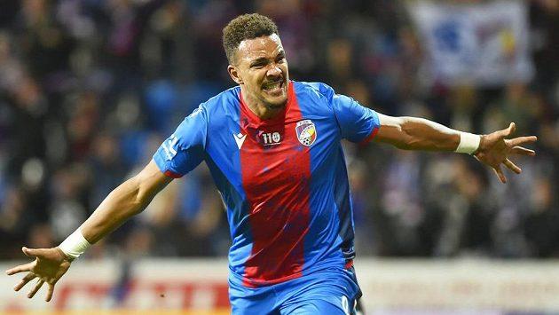 Jean-David Beauguel z Plzně se raduje z gólu.