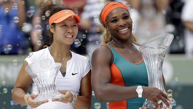 Američanka Serena Williamsová (vpravo) vyhrála posedmé turnaj v Miami. Vlevo je poražená finalistka Li Na z Číny.