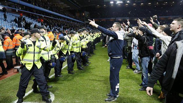 Fanoušci Aston Villy pokřikují na policii.