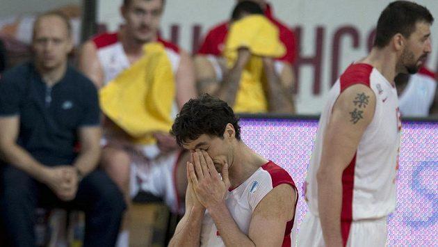 Zklamaný basketbalista Nymburku Jiří Welsch (uprostřed) - ilustrační foto.