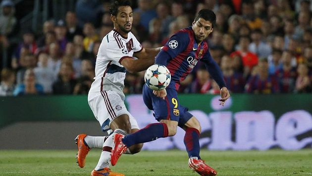 Mehdi Benatia (vlevo) z Bayernu brání Luise Suáreze z Barcelony.