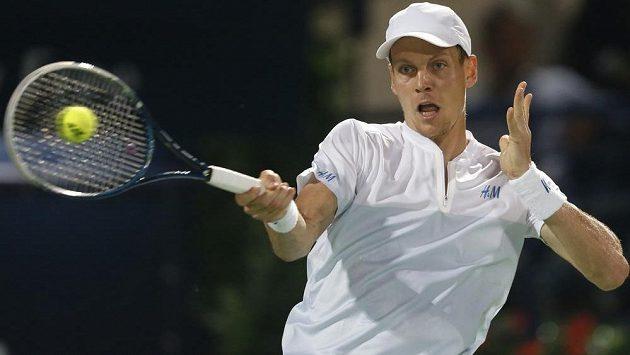 Český tenista Tomáš Berdych v utkání proti Jo-Wilfriedu Tsongovi na turnaji v Dubaji.