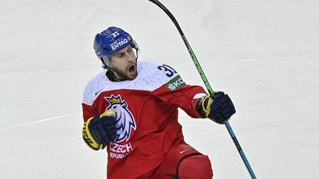 Český reprezentant Lukáš Klok se raduje z branky do sítě Velké Británie v zápase MS v hokeji.