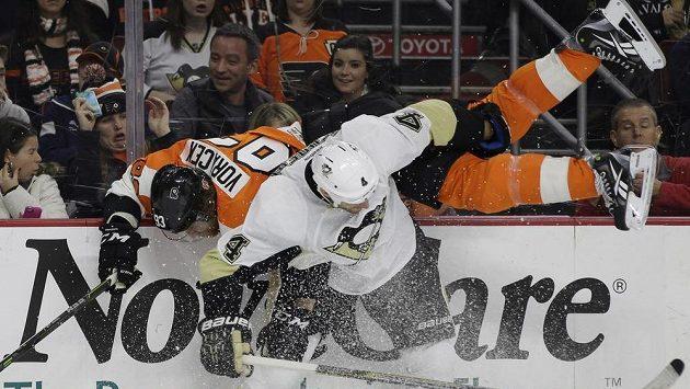 Útočník Philadelphie Flyers Jakub Voráček po bodyčeku od Roba Scuderiho z Pittsburghu.