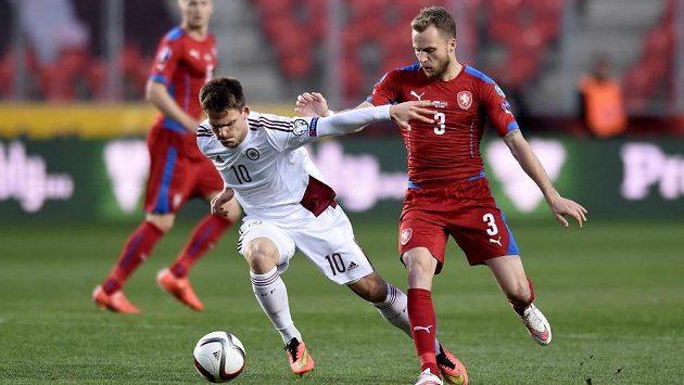 Lotyš Valerijs Šabala (v bílém dresu) v utkání kvalifikace ME 2016 proti Česku.