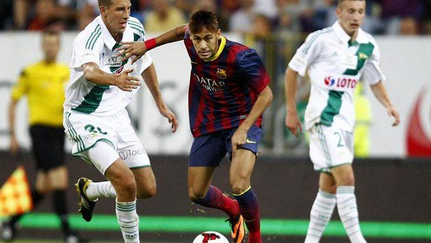 Brazilec Neymar, letní posila Barcelony, v souboji Maciejem Kostrzewou (vlevo) z Lechie Gdaňsk