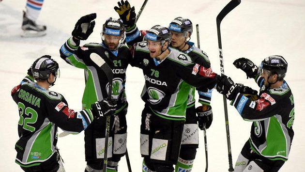 Radost mladoboleslavských hokejistů ze čtvrté branky v síti Chomutova v úvodním utkání předkola play off hokejové extraligy. Gól vstřelil Jakub Klepiš (druhý zleva).