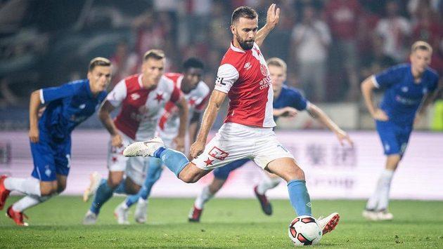 Josef Hušbauer ze Slavie Praha proměňuje nařízenou penaltu během utkání 3. předkola Ligy mistrů proti Dynamu Kyjev.