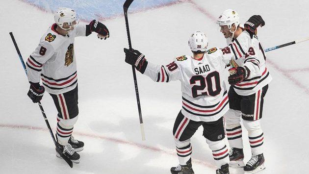 Radost v podání hokejistů Chicaga Blackhawks. Dominik Kubalik (8), Brandon Saad (20) a Jonathan Toews (19) slaví gól v utkání s Edmontonem.