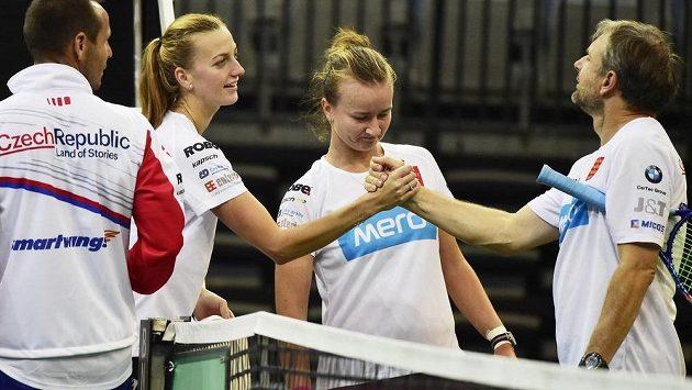 Petra Kvitová se zdraví s trenérem Jiřím Vaňkem. Uprostřed je tenistka Barbora Krejčíková a zcela vlevo kondiční trenér David Vydra.