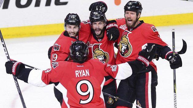 Radost hokejistů Ottawy po brance Derricka Brassarda (19).
