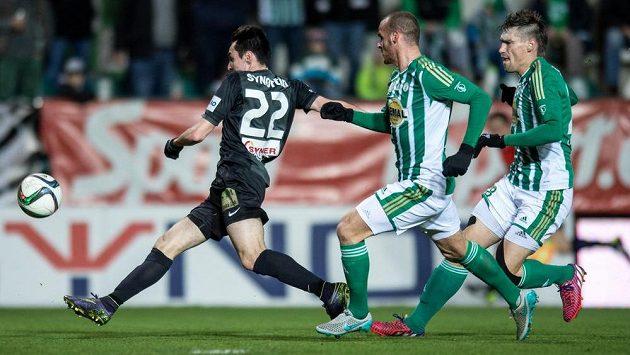 Vjačeslav Karavajev z Jablonce střílí vedoucí gól Jablonce v Ďolíčku proti Bohemians.