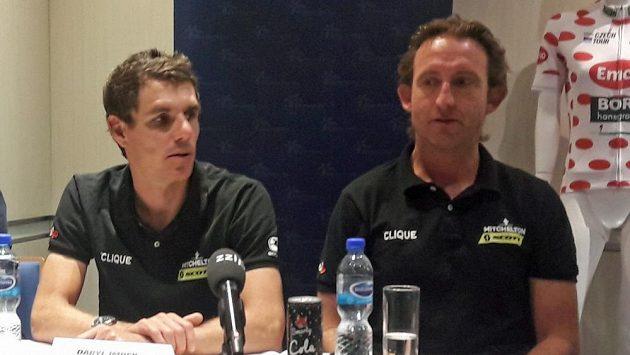 Daryl Impay (vlevo) a sportovní ředitel týmu Mitchelton Scott Matt White (vpravo).