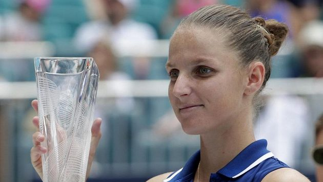 Česká tenistka Karolína Plíšková s trofejí pro poraženou finalistku turnaje Miami Open.