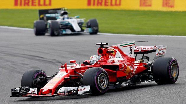 Jezdec Ferrari Sebastian Vettel v akci během Velké ceny Belgie, v pozadí Mercedes Valtteriho Bottase.