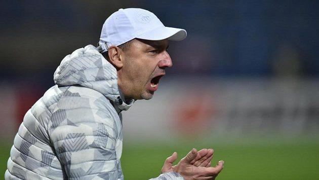 Trenér Slovanu Jindřich Trpišovský povzbuzuje liberecké hráče během zápasu s Karabachem.