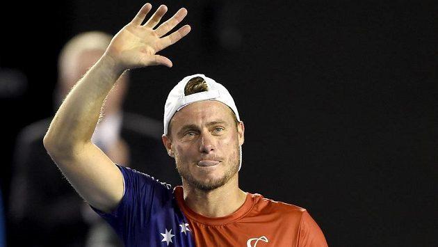 Lleyton Hewitt se loučí s diváky po porážce s Davidem Ferrerem v druhém kole Australian Open.