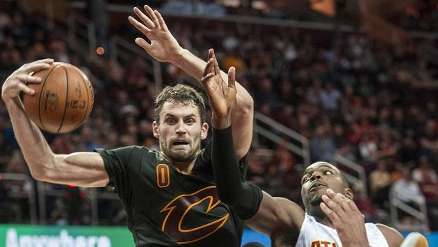 Baketbalista Clevelandu Cavaliers Kevin Love (0) v souboji s Paulem Millsapem (4) z Atlanty.