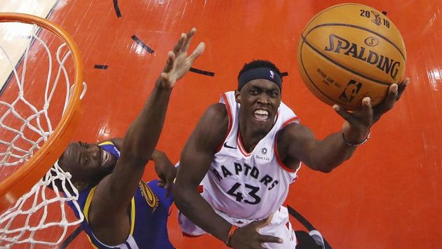 Basketbalista Toronta Raptors Kawhi Leonard (vpravo) pod košem s Andre Iguaodalou z Golden State Warriors v prvním finále NBA.