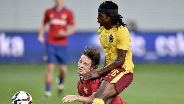 Sparťanský obránce Costa (vpravo) a Mário Fernandes z CSKA Moskva během úvodního utkání 3. předkola Ligy mistrů.