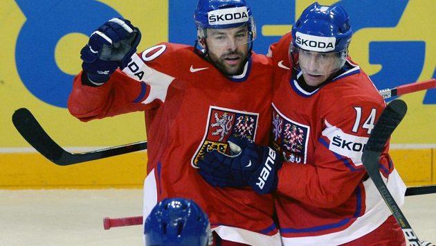 Střelec úvodního gólu Tomáš Fleischmann (vpravo) se raduje se svými spoluhráči Zdeňkem Kutlákem (uprostřed) a Jakubem Nakládalem.