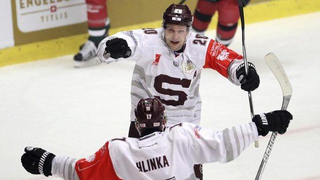 Petr Vrána (nahoře) se raduje z gólu ve finále Ligy mistrů.